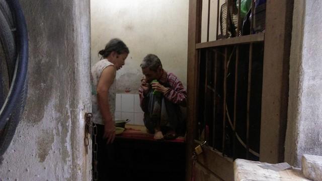 Đêm nào bà Mai cũng tỉnh giấc bởi tiếng gọi mẹ ơi của người con trai 64 tuổi. Ảnh: Ngọc Thi