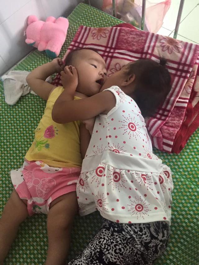 Tuy 4 tuổi nhưng rất thương em và biết giúp đỡ mẹ... Ảnh: Kim Hoa