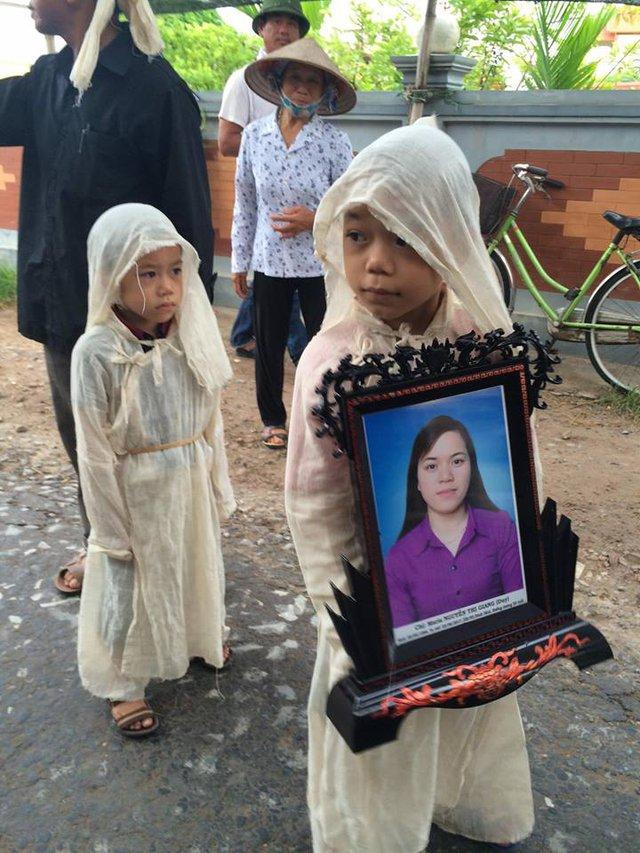 Bố mất, rồi đến khi mẹ qua đời, các bé phải mặc những bộ quần áo tang màu trắng (ảnh gia đình cung cấp)