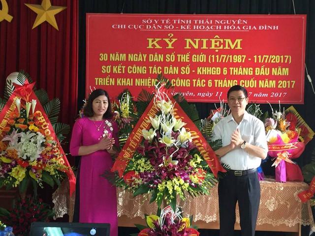Ông Nguyễn Vy Hồng - Tỉnh uỷ viên, Giám đốc Sở Y tế, Phó Trưởng ban thường trực Ban chỉ đạo công tác DS-KHHGĐ tỉnh thái Nguyên phát biểu chỉ đạo và tặng hoa chúc mừng