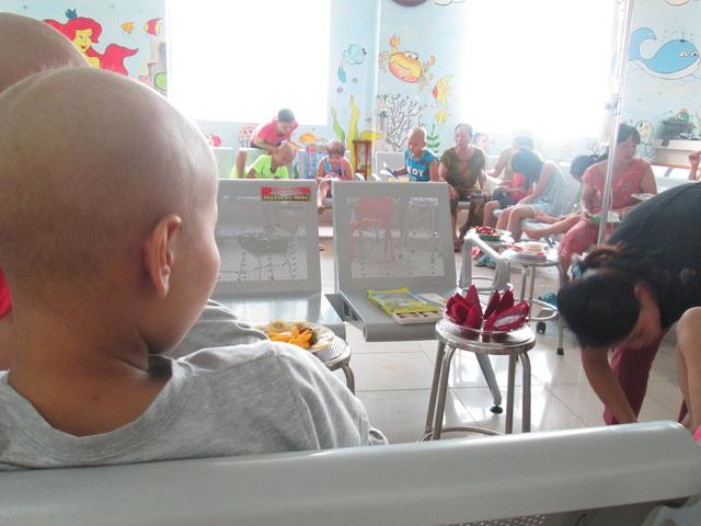 Giang thẫn thờ ngắm những đứa trẻ trong bệnh viện. Những lúc này, tinh thần cô cũng được thoải mái hơn đôi chút. Ảnh: Nông Thuyết