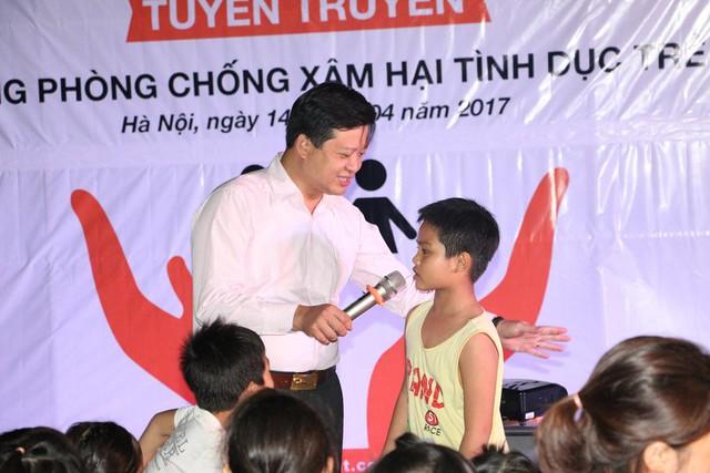 TS Phạm Mạnh Hà đặt câu hỏi tương tác với trẻ nhỏ