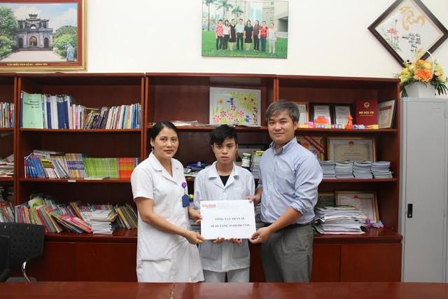 Phó TBT Trần Tuấn Linh trao tiền cho em Hùng MS 210. Ảnh: Tl