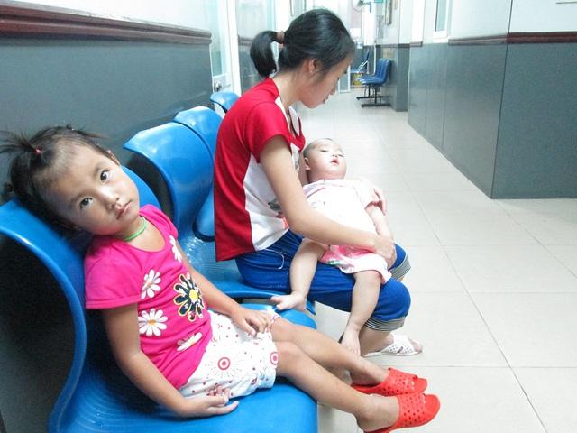 Bé gái 4 tuổi cũng chưa hề biết nói tiếng Kinh, phải theo bố, mẹ xuống Hà Nội cùng em mấy tuần nay... Ảnh: Nông Thuyết