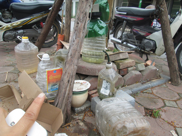 Những chai, lọ bày bừa lộn xộn tại vỉa hè bên một con ngõ nhỏ ở Giải Phóng (Hoàng Mai).