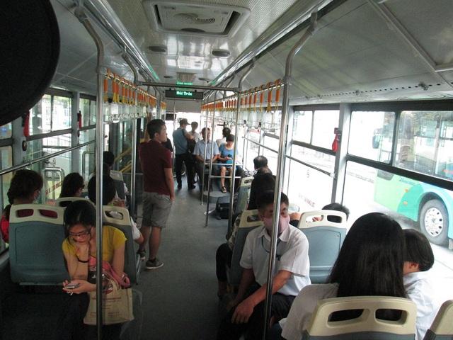 Vào giờ cao điểm, lượng khách mua vé lên xe tại điểm đầu Kim Mã mới đông đúc hơn.