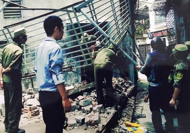 Hình ảnh gia đình bà Lụa cung cấp cho báo chí cho rằng cán bộ phường tháo dỡ nhà bà sai quy định của pháp luật.