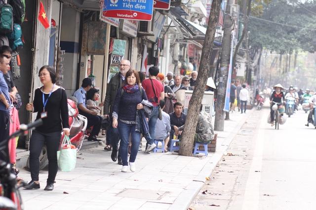Tuy nhiên cũng tại một số điểm của phố Hàng Bông, một số người vẫn cố tình bày bàn ghế ra vỉa hè để bán trà đá.
