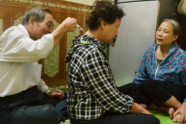 Sau mỗi ca bệnh, bác sĩ Đặng Cát lại cặm cụi ghi chép vào những mảnh giấy bằng lòng bàn tay.     Ảnh: Kim Oanh