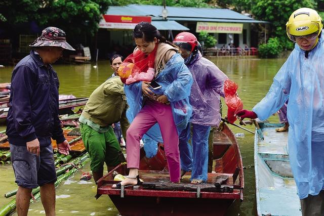 Sơ tán lũ tại xã Tân Sơn (Mai Châu, Hòa Bình). Ảnh: G. Huy