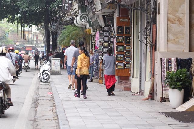Tại phố Hàng Bông (quận Hoàn Kiếm) vỉa hè cũng khá thông thoáng, người đi bộ thoải mái đi trên vỉa hè mà ít gặp vật cản như trước kia.
