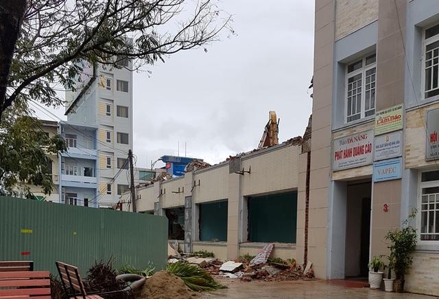 Công trình tháo dỡ tòa nhà dừng hoạt động sau tai nạn xảy ra. Ảnh: Đ.H