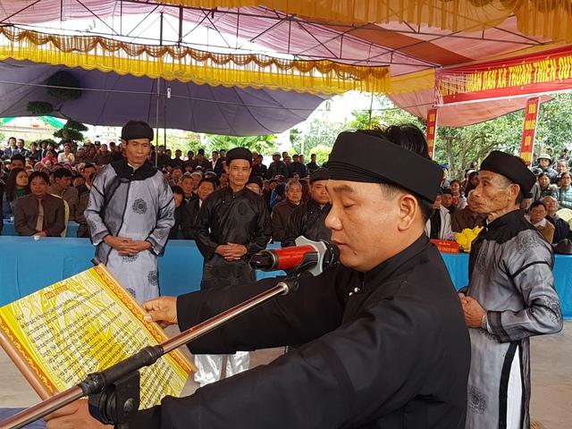 Một thành viên trong hội thề đọc hịch văn thề tấu trời đất cho cả hội cùng thề.