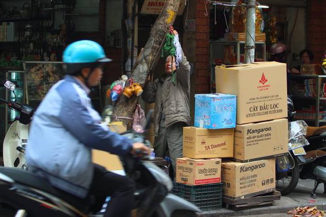 Vỉa hè đường Hàng Bồ được lấy làm nơi tập kết hàng hóa.