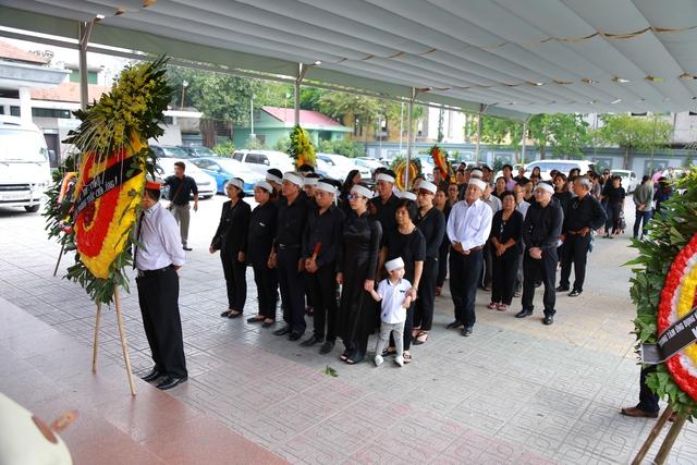 Gia đình, đồng nghiệp nghẹn ngào tiễn đưa nghệ sĩ Duy Thanh về với đất mẹ