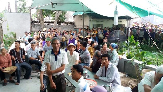 Từ sáng sớm, hàng trăm người dân tìm về gia đình nạn nhân để dự lễ truy điệu và an táng