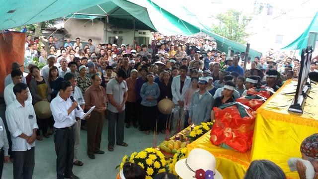 Trước lúc chính quyền địa phương làm lễ truy điệu cho 3 nạn nhân...