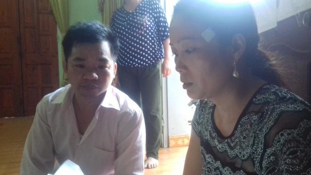 Chị Nguyễn Thị Chỏi (mẹ cháu Đông) nghẹn ngào kể lại giây phút tìm thấy thi thể con trai mình. Ảnh: Xuân Thắng