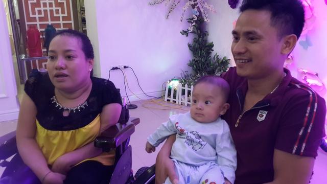 Vợ chồng anh Lê Văn Năm hạnh phúc bên đứa con yêu.