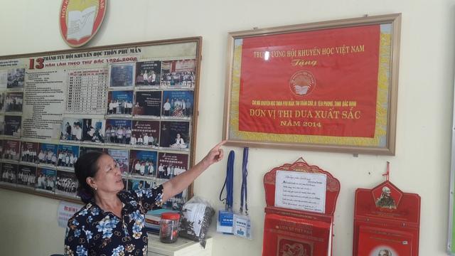 Hội khuyến học thôn Phú Mẫn được Trung ương Hội Khuyến học Việt Nam trao cờ đơn vị xuất sắc năm 2014. ảnh: T.G