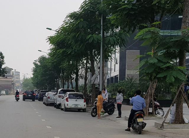 Người dân cho rằng bãi đỗ xe gây nhiều bất cập, chắn lối đi lại của người dân.