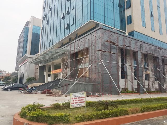 Tòa nhà liên cơ quan đã được khắc phục, sửa chữa, ốp lại đá tại các vị trí bong và bổ sung chốt khoan qua đá vào tường