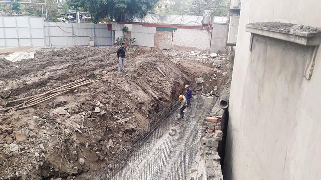 Công trình Khách sạn Dân tộc được đào sâu ngay sát móng nhà dân khiến dân lo sập nhà. Ảnh: TG