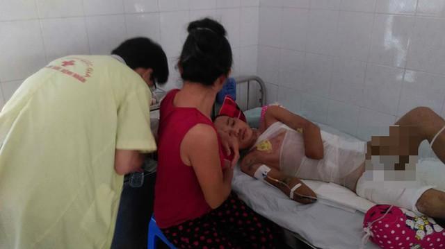 Người nhà chăm sóc anh Phan Công Nghĩa tại bệnh viện. Ảnh: Ngọc Thi