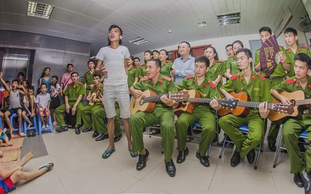 Anh Hoàng Ngọc Chấn say sưa hát cùng các chiến sỹ trường ĐH Phòng cháy chữa cháy cho các bệnh nhân tại Viện nghe