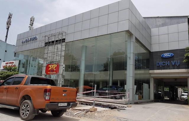 Công ty cổ phần Thương mại FORD An Đô đang tháo dỡ phần cổng và logo nhô ra ở mặt tiền cửa hàng bảo hành và giới thiệu sản phẩm ô tô Ford (ảnh chụp trưa 9/8/2017)