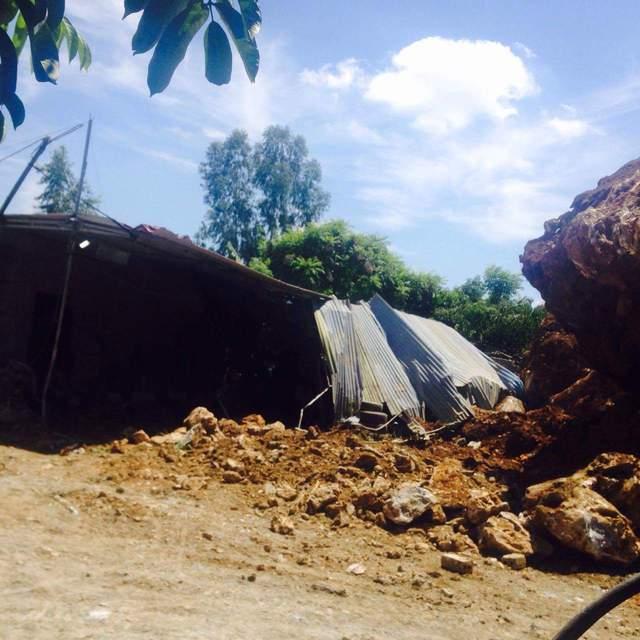 Vụ sạt lở núi Trại Sơn C làm lán đựng đồ nhà ông Thiện đổ sập. Ảnh: CTV