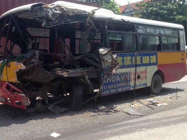 Hiện trường vụ tai nạn khiến phần đầu xe bus hư hỏng hoàn toàn. Ảnh: (Bạn đọc cung cấp)
