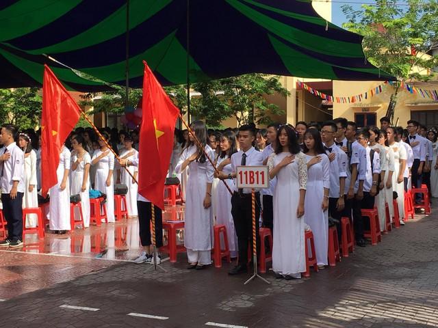 Học sinh trường THPT Trần Nguyên Hãn thực hiện nghi lễ chào cờ. Ảnh: Nh.Cầm