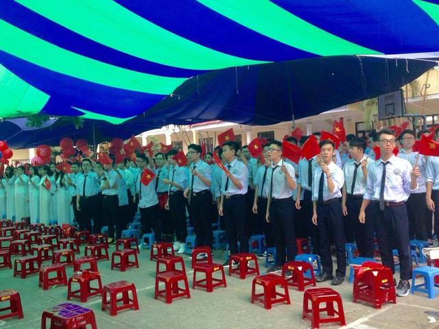 Học sinh trường THPT Lê Hồng Phong bày tỏ niềm vui chào đón các tân học sinh. Ảnh: K.Hòa