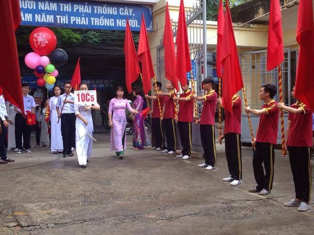 Các em học sinh khối 10 THPT Lê Hồng Phong bước vào trường đón năm học mới. Ảnh: K.Hòa