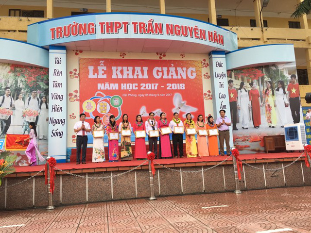 Thầy hiệu trưởng THPT Trần Nguyên Hãn trao quà cho các giáo viên đạt thành tích cao trong năm học 2016-2017