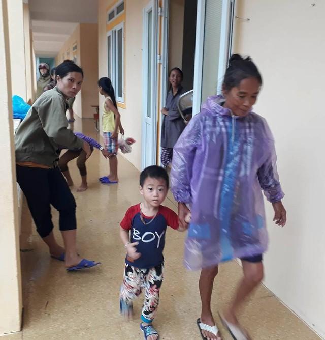 Người dân thị xã Cửa Lò được di chuyển đến các trường học kiên cố trên địa bàn.