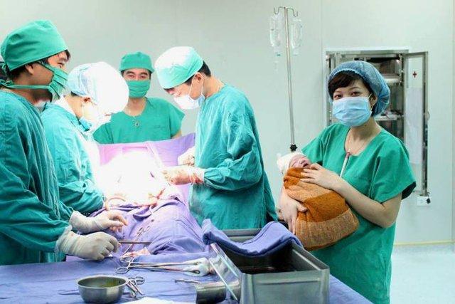 Sản phụ M. và cháu nhỏ được các bác sĩ Bệnh viện Sản Nhi tỉnh Quảng Ninh cứu sống. Ảnh: Đ.Tùy