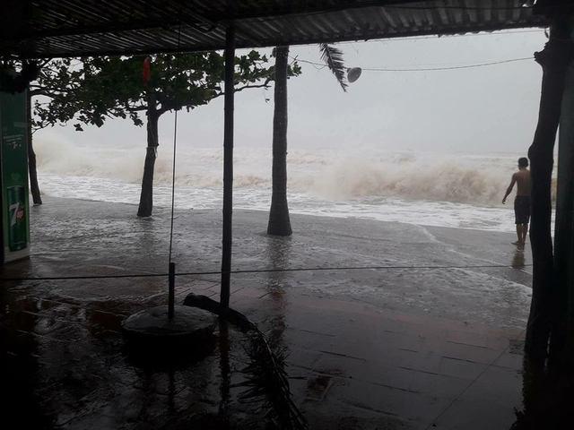Tại Cửa Lò, nước biển tiến sát các nhà hàng, quán xá ven biển. Ảnh: Minh Cúc