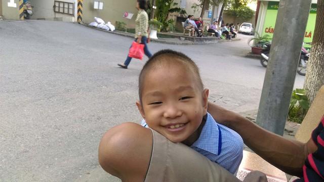 Bé Lê Hữu Dương, 7 tuổi, mắc bệnh ung thư máu giai đoạn 2 và luôn có một niềm tin là mình sẽ khỏi bệnh để về với mẹ nếu được chữa trị. Ảnh: Ngọc Thi