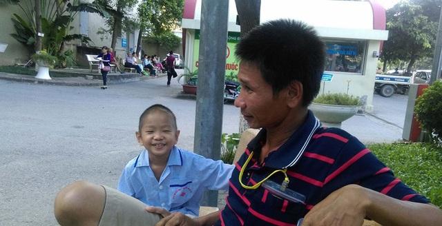 Bé Hữu Dương hồn nhiên, nhí nhảnh, miệng luôn nhoẻn miệng cười khi được người lạ hỏi thăm. Ảnh: Ngọc Thi