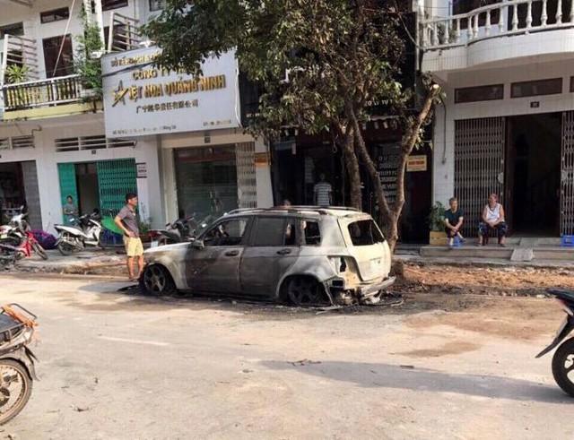 Chiếc xe của chị Phương bị ngọn lửa thiêu rụi. Ảnh: (Bạn đọc cung cấp)