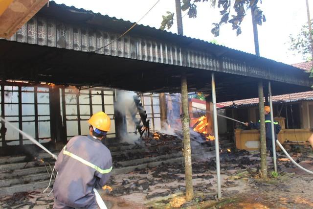 Lực lượng PCCC rất vất vả để khống chế vụ cháy.