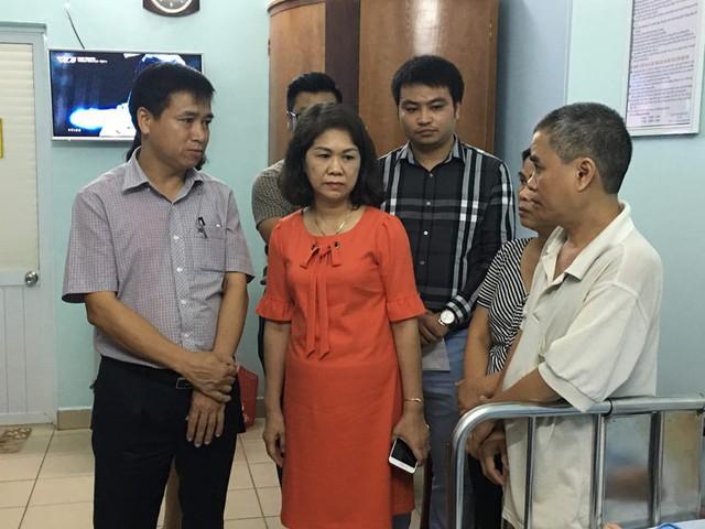 Đại diện UBND quận Lê Chân và phòng Giáo dục đến thăm hỏi, động viên một số nạn nhân. Ảnh: TG