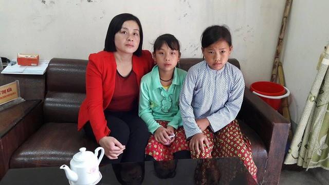 Cô Vừ Thị Kía, Phó Hiệu trưởng Trường THCS nội trú Sủng Là và hai bé Ly Thị Dính (giữa) và Ly Thị Má. Ảnh: T.K