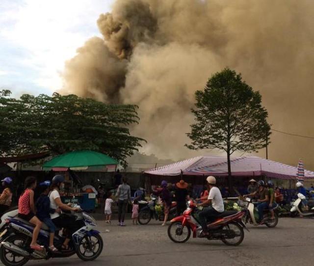 Hiện trường vụ cháy kho hàng ở TP. Móng Cái. Ảnh: H.Nguyễn