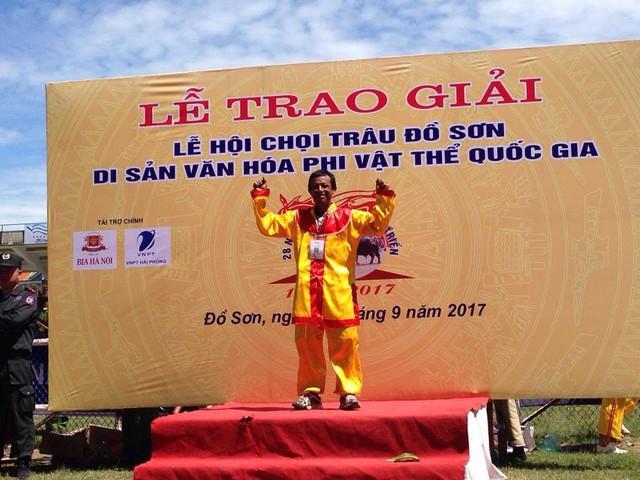 Ông Lưu Đình Tới - chủ trâu số 20 đoạt giải vô địch trong lễ hội.