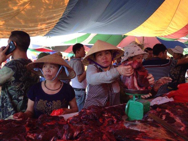 Nhộn nhịp cảnh mua, bán sau khi kết thúc lễ hội chọi trâu Đồ Sơn năm 2017.