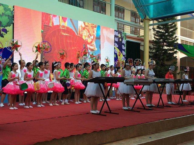 Bài rước đèn tháng tám dưới phần đệm đàn và hát của các em học sinh tiểu học Cát Bi.  