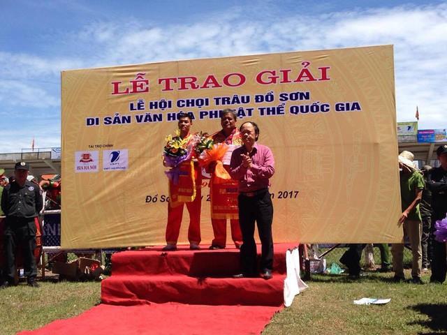 Chủ trâu đoạt giải 3 lên nhận giải tại lễ hội.